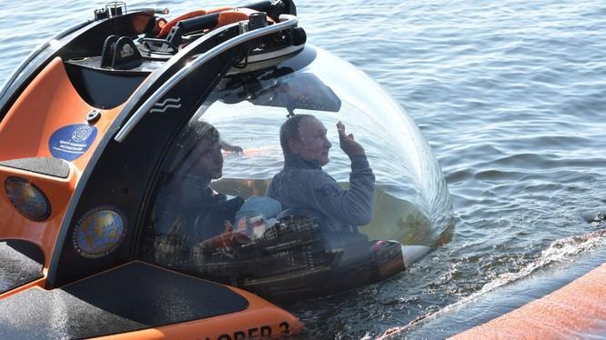 Tổng thống Putin trên con tàu ngầm thăm dò C-Explorer 3.11 (Ảnh: Sky News)