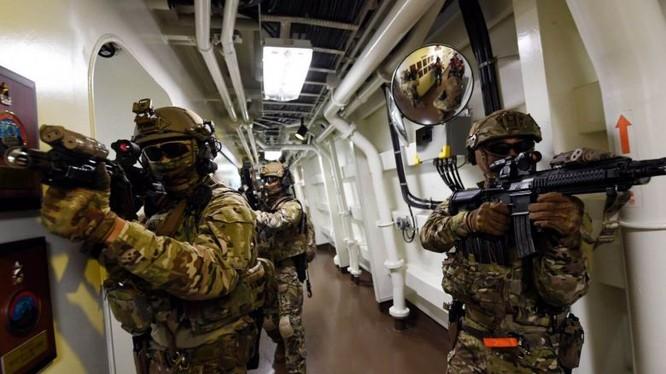 Các thành viên của đơn vị Cheonghae trong một cuộc diễn tập trên biển (Ảnh: StraiTimes)