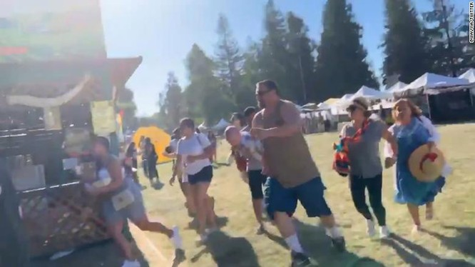 Người dân chạy tán loạn sau khi nghe nhiều tiếng súng lớn (Ảnh: CNN)