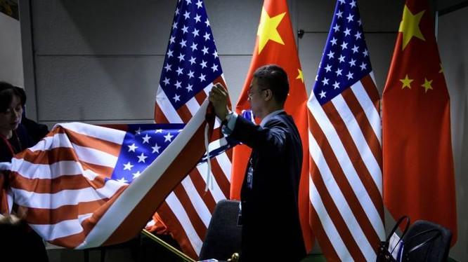 Các nhân viên chuẩn bị cho cuộc gặp song phương Mỹ-Trung bên lề Hội nghị thượng đỉnh G20 tổ chức tại Osaka, Nhật Bản hôm 29/6 (Ảnh: AFP)