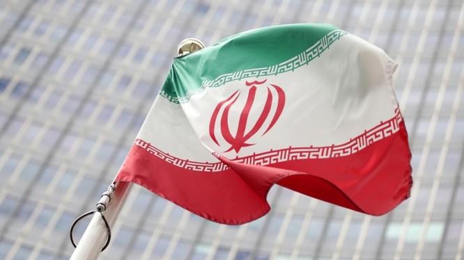 Quốc kỳ Iran treo trước trụ sở Cơ quan Năng lượng Nguyên tử Quốc tế (IAEA) ở Vienna, Áo (ảnh: Reuters)