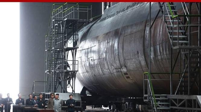 """Lãnh đạo Triều Tiên Kim Jong-un thị sát """"tàu ngầm mới chế tạo"""" hôm 23/7 (Ảnh: KCNA)"""