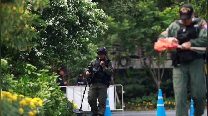 Đội rà phá bom mìn tiếp cận hiện trường một vụ nổ ở Bangkok, Thái Lan hôm 2/8 (Ảnh: Reuters)