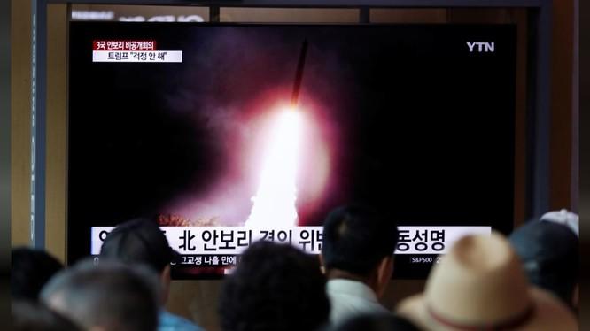 Người dân Hàn Quốc theo dõi diễn biến về vụ phóng thử tên lửa mới nhất của Triều Tiên hôm 2/8 (Ảnh: Reuters)