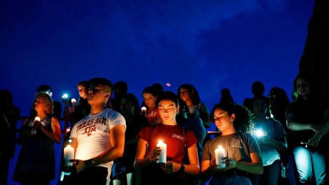 Người dân El Paso tưởng niệm các nạn nhân thiệt mạng trong vụ xả súng (Ảnh: Getty)