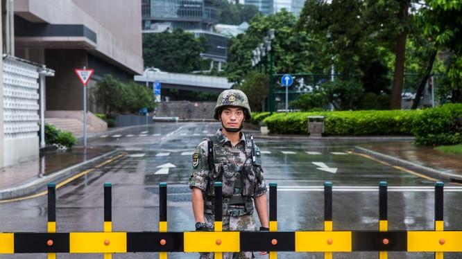 Một binh sỹ PLA đóng tại Hong Kong (Ảnh: CNN)
