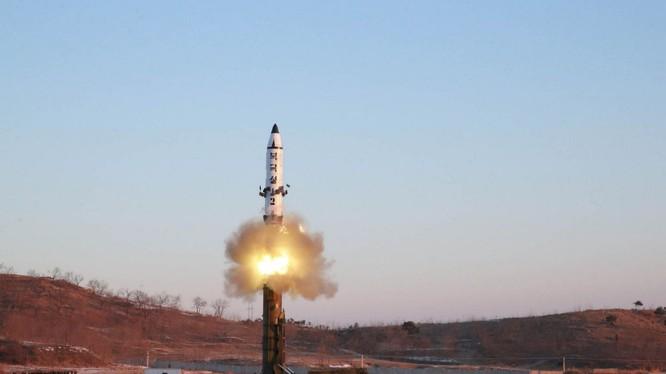 Triều Tiên phóng thêm 2 vật thể được cho là tên lửa đạn đạo tầm ngắn (Ảnh: Reuters)