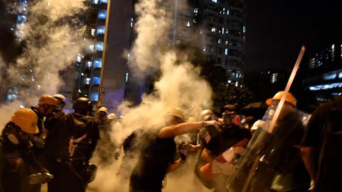 Người biểu tình Hồng Kông trong một cuộc đụng độ với cảnh sát (Ảnh: Independent)