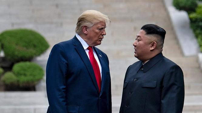 Lãnh đạo hai nước có cuộc gặp gần đây nhất tại DMZ hôm 30/6 (Ảnh: AP)