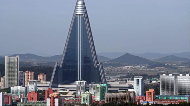 Khách sạn Ryugyong nằm giữa trung tâm thủ đô Bình Nhưỡng, Triều Tiên (Ảnh: CNN)