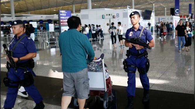 Tình trạng an ninh được thắt chặt tại sân bay Hồng Kông sau nhiều vụ đụng độ xảy ra trong đêm trước đó (Ảnh: Reuters)