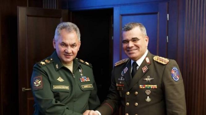 Bộ trưởng Quốc phòng Nga và Venezuela có cuộc gặp tại Moscow hôm 15/8 (Ảnh: Newsweek)