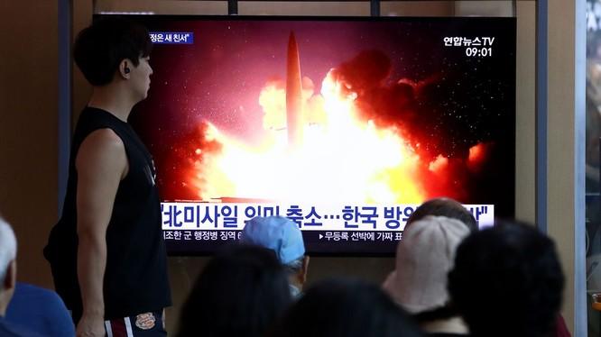 Người dân Hàn Quốc theo dõi vụ thử tên lửa mới nhất của Triều Tiên hôm 16/8 (Ảnh: Getty)