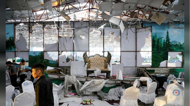 Nhân viên thu dọn hiện trường vụ đánh bom xảy ra trong sảnh cưới ở thủ đô Kabul, Afghanistan (Ảnh: Reuters)