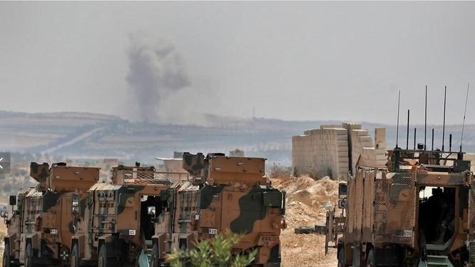 Một đoàn xe quân sự của Thổ Nhĩ Kỳ di chuyển ở tỉnh Idlib, giữa cuộc không kích mà lực lượng chính phủ thực hiện (Ảnh: AFP)