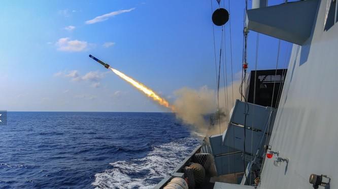 Tàu khu trục tên lửa dẫn đường Liupanshui của Trung Quốc trong một cuộc tập trận tổ chức trong tháng này (Ảnh: China Military)