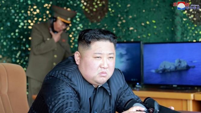 Lãnh đạo Triều Tiên Kim Jong-un thị sát một cuộc thử nghiệm vũ khí dẫn đường chiến lược mới vào ngày 4/5/2019 (Ảnh: Reuters)