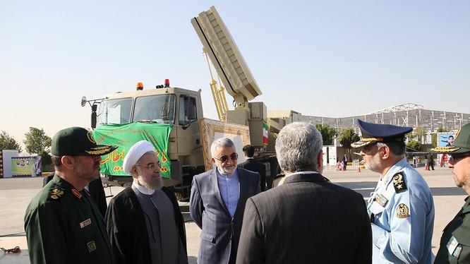 Mô hình hệ thống phòng không Bavar 373 được trưng bày ở Tehran (Ảnh: RT)