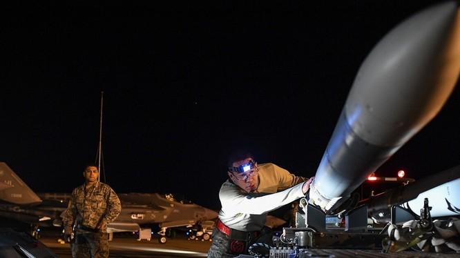 Mẫu tên lửa không-đối-không AIM-120 do Mỹ chế tạo (Ảnh: Defense News)