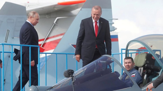 Ông Putin và ông Erdogan quan sát mẫu chiến đấu cơ Su-57 tại triển lãm hàng không tổ chức ở Zhukovsky, ngoại ô Moscow (Ảnh: Washington Post)