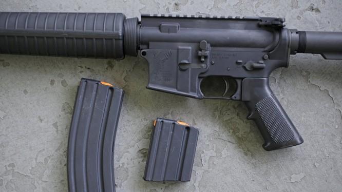 Mẫu súng trường AR-15 với loại băng đạn 30 viên (trái) và 10 viên (phải) (Ảnh: AP)