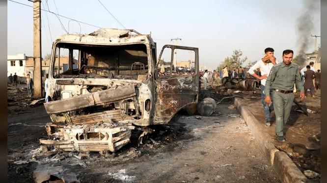 Cảnh sát kiểm tra hiện trường vụ đánh bom ở Kabul hôm 3/9 (Ảnh: Reuters)