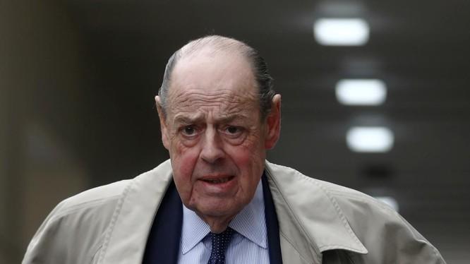 Ông Nicholas Soames, cháu của cố Thủ tướng Anh Winston Churchill, trên đường phố London hôm 3/9 (Ảnh: Reuters)