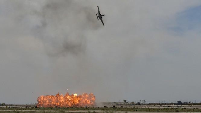 Một chiếc A-10C Thunderbolt II thực hiện pha ném bom giả định tại căn cứ không quân ở Yuma, bang Arizona, Mỹ ngày 9/3/2019 (Ảnh: RT)