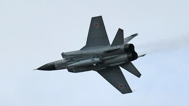 Mẫu chiến đấu cơ MiG-31 của Nga được phát hiện đang mang theo tên lửa siêu thanh Kinzhal (Ảnh: RT)
