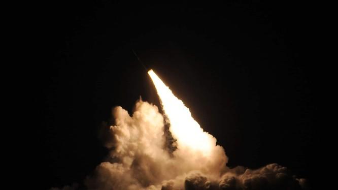 Tên lửa Trident II D5 được phóng từ tàu ngầm USS Nebraska của Mỹ (Ảnh: Defensetalk)