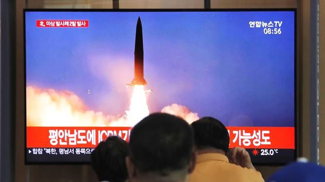 Người dân Hàn Quốc theo dõi một vụ phóng của Triều Tiên qua truyền hình (Ảnh: Time)