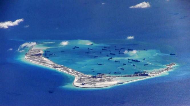 Ảnh do hải quân Mỹ cung cấp cho thấy tàu Trung Quốc hoạt động tại đá Vành Khăn (Ảnh: BusinessInsider)