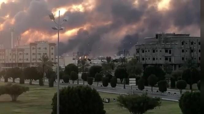 Khói bốc lên từ nhà máy dầu của Aramco hôm 14/9, sau khi bị tấn công (Ảnh: Reuters)