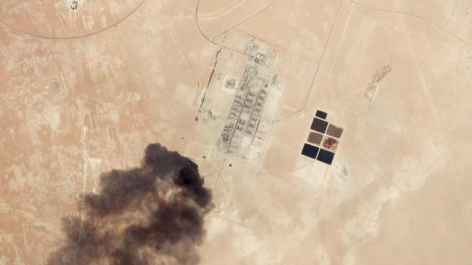Hình ảnh vệ tinh cho thấy cơ sở lọc dầu ở Abqaiq sau đòn tấn công mà Houthi nhận trách nhiệm (Ảnh: Bloomberg)