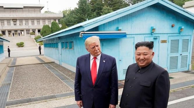 Ông Trump và ông Kim gặp gỡ lần gần đây nhất tại khu phi quân sự chia tách hai miền Triều Tiên (Ảnh: Reuters)