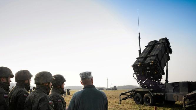 Quan chức quốc phòng Mỹ và Ba Lan đứng trước một hệ thống tên lửa Patriot lắp đặt ở Ba Lan năm 2015 (Ảnh: Reuters)