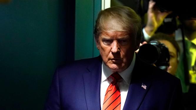 """Ông Trump liên tiếp đe dọa và tung đòn công kích nhằm vào người đã tố giác mình, thề sẽ mang tới """"hậu quả lớn"""" cho người này (Ảnh: CNBC)"""