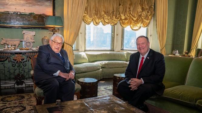Ngoại trưởng Mỹ Mike Pompeo trong cuộc gặp với ông Henry Kissinger mới đây (Ảnh: The Hill)