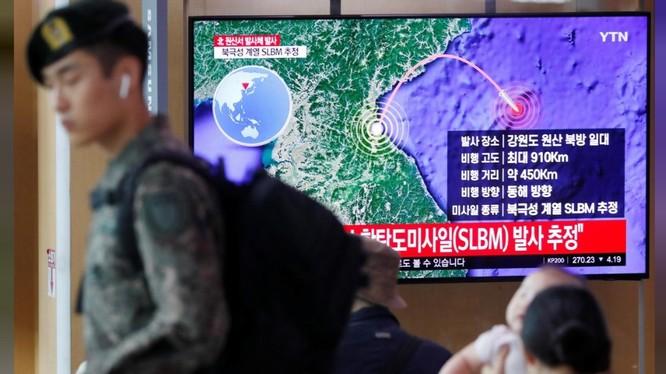 Người dân Hàn Quốc theo dõi tin tức về vụ phóng tên lửa của Triều Tiên trên truyền hình (Ảnh: Reuters)