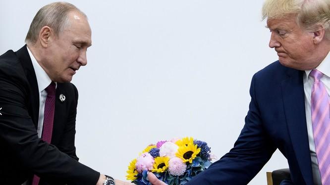 Tổng thống Putin và Tổng thống Trump gặp gỡ tại Hội nghị thượng đỉnh G20 tổ chức tại Osaka, Nhật Bản hôm 28/6 (Ảnh: Newsweek)