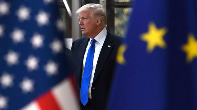 Việc chính quyền Trump áp thuế EU có thể làm bùng phát căng thẳng trong thương mại (Ảnh: CNBC)