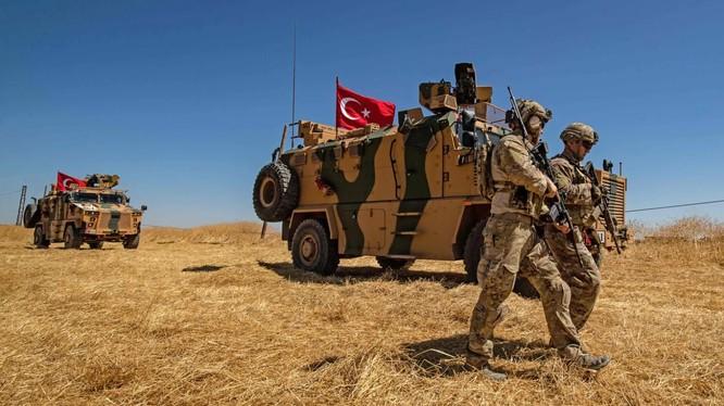 Lực lượng vũ trang Thổ Nhĩ Kỳ tại khu vực gần biên giới Syria (Ảnh: Washington Post)