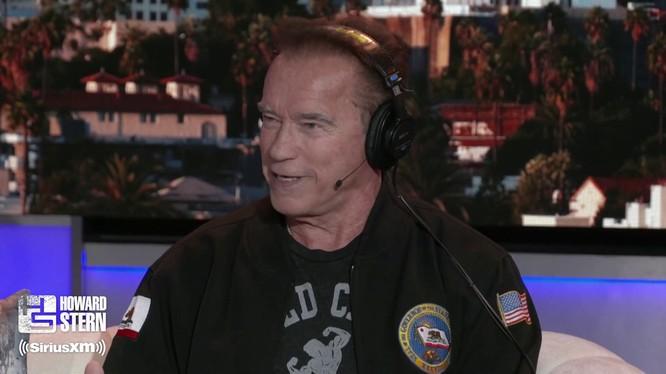 """Ngôi sao hành động, cựu Thống đốc bang California Arnold Schwarzenegger trong chương trình """"The Howard Stern Show"""" (Ảnh: Getty)"""