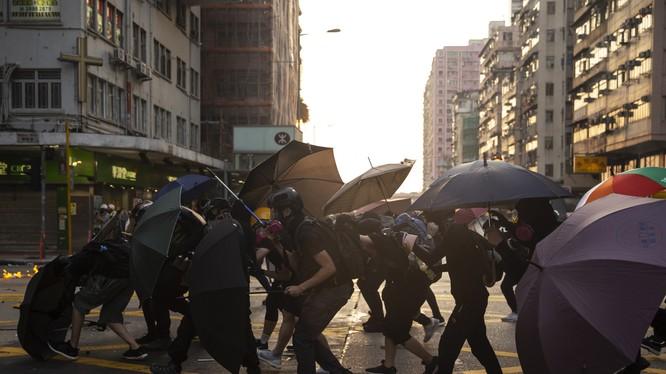 Các chỉ số nền kinh tế của Hong Kong thi nhau tụt dốc do tình trạng bất ổn (Ảnh: Bloomberg)