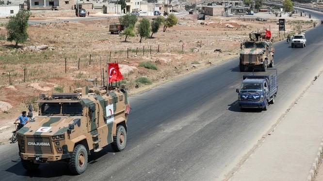 Lực lượng quân sự Thổ Nhĩ Kỳ xuất hiện dọc biên giới với Syria (Ảnh: RT)