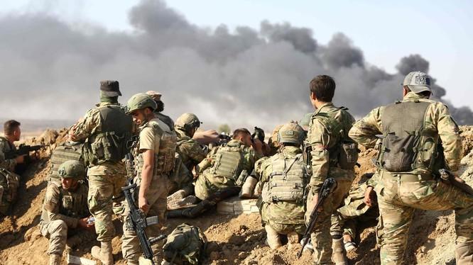 Lực lượng Thổ Nhĩ Kỳ và phe nổi dậy mà họ hậu thuẫn ở Syria tập trung bên ngoài thị trấn Ras al-Ayn, Đông Bắc Syria hôm 12/10 (Ảnh: AFP)