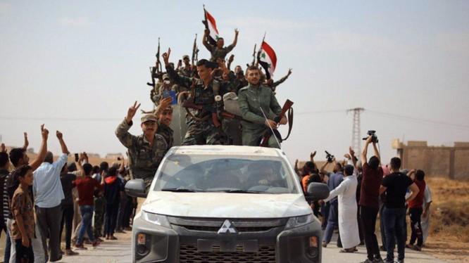 Binh sĩ chính phủ Syria được triển khai tới khắp các thị trấn, làng mạc dọc biên giới với Thổ Nhĩ Kỳ (Ảnh: BBC)