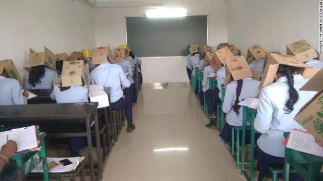 Học sinh đội thùng các-tông để tránh quay cóp trong kỳ thi diễn ra ngày 16/10 (Ảnh: CNN)