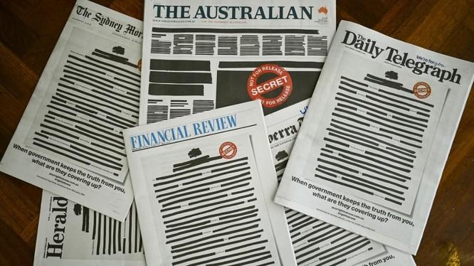 Hàng loạt tờ báo lớn nhất Australia bôi đen trang bìa để phản đối chính phủ (Ảnh: Reuters)