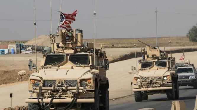 Đoàn xe quân sự Mỹ di chuyển sang Iraq sau khi rút khỏi Đông Bắc Syria (Nguồn: Reuters)